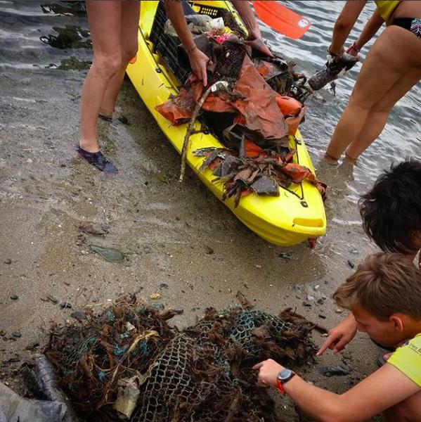 Primera descarregada de brossa extreta del fons marí